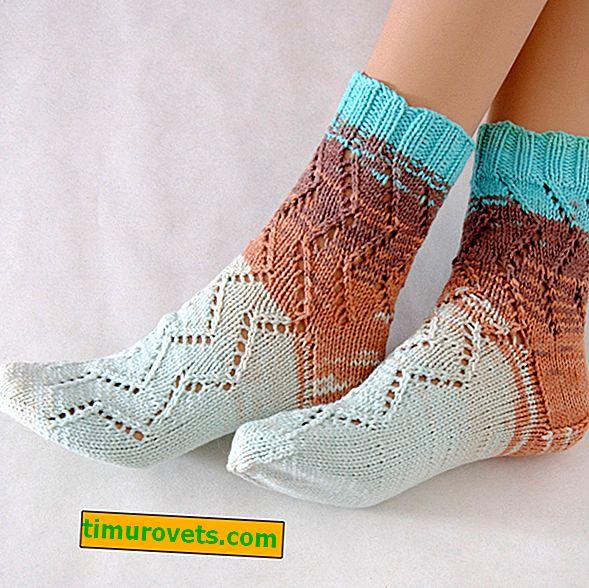 Durchbrochene Socken mit Stricknadeln